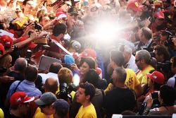 Fernando Alonso, Ferrari firma autógrafos a los aficionados en los pits
