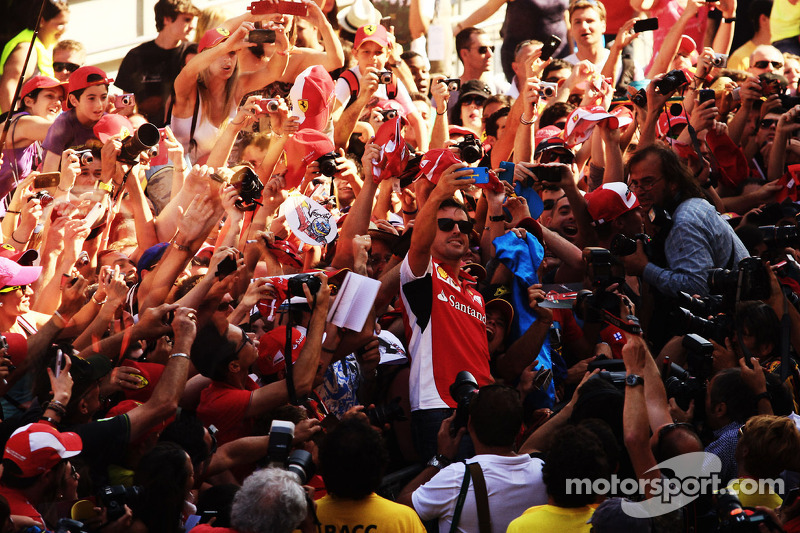 Fernando Alonso, Ferrari takes a 'selfie' with the fans in the pits