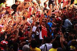 Fernando Alonso, Ferrari se toma una 'selfie' con los fans en los pits