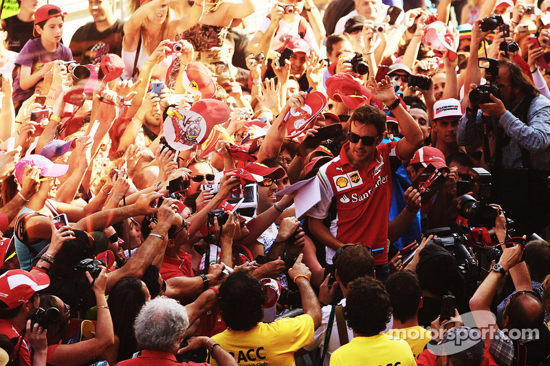 Fernando Alonso, Ferrari with the fans in the pits