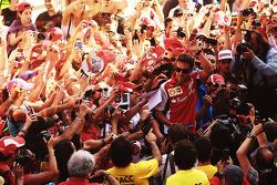 Fernando Alonso, Ferrari Con los fans en los pits
