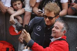 Nico Rosberg, Mercedes AMG F1 with fans in the pits