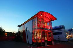 Marussia F1 Team motorhome en la noche