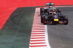 Daniel Ricciardo, Red Bull Racing RB10; Lewis Hamilton, Mercedes AMG F1 W05