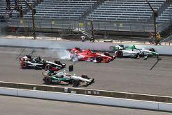 Carlos Munoz, Andretti Autosport Honda e Martin Plowman, A.J. Foyt Enterprises Honda coinvolti nell'incidente a inizio gara