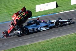 A.J.佛伊特本田车队马丁·普劳曼和安德烈蒂本田车队弗兰克·蒙塔尼相撞