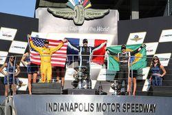 Il vincitore della gara Simon Pagenaud, secondo posto per Ryan Hunter-Reay e terzo per Helio Castron
