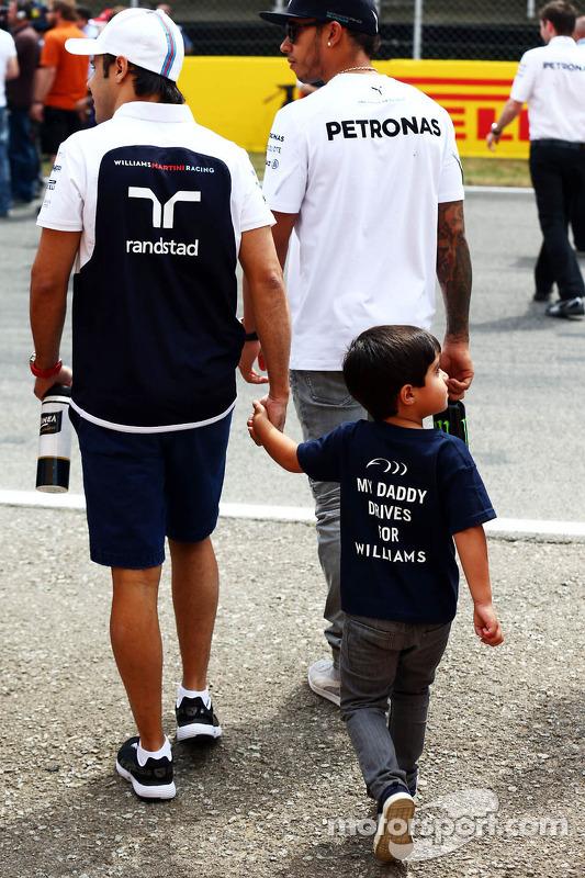 Lewis Hamilton, Mercedes AMG F1, mit Felipe Massa, Williams, und dessen Sohn Felipinho