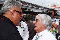 Vijay Mallya avec Bernie Ecclestone sur la grille