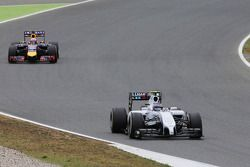 Valtteri Bottas, Williams FW36 devant Daniel Ricciardo, Red Bull Racing RB10
