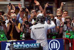 Nico Rosberg célèbre sa deuxième place dans le parc fermé