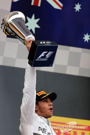 Vainqueur: Lewis Hamilton, Mercedes AMG F1 heureux sur le podium