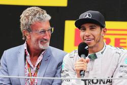 Podyum: Eddie Jordan ve yarış galibi Lewis Hamilton