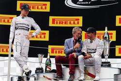 Podyum: Eddie Jordan ve yarış galibi Lewis Hamilton, ikinci sıra Nico Rosberg, üçüncü sıra Daniel Ri