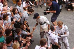 Vainqueur: Lewis Hamilton, Mercedes AMG F1, 2ème Nico Rosberg, Mercedes AMG F1 heureux avec l'équipe