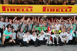 Race winner Lewis Hamilton, Mercedes AMG F1 and second placed team mate Nico Rosberg, Mercedes AMG F1 celebrate with the team
