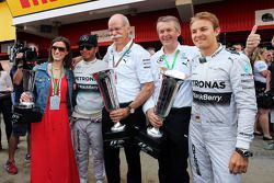 Race winner Lewis Hamilton, Mercedes AMG F1 and second placed team mate Nico Rosberg, Mercedes AMG F1 celebrate with Dr. Dieter Zetsche, Daimler AG CEO and the team