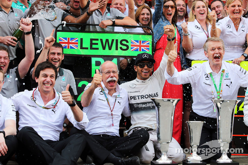 Ganador de la carrera Lewis Hamilton, Mercedes AMG F1 celebra con Toto Wolff, Mercedes AMG F1 accion