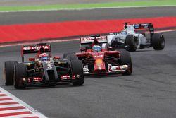 Romain Grosjean, Lotus F1 E22 devant Fernando Alonso, Ferrari F14-T