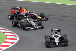 Jenson Button, McLaren MP4-29, Esteban Gutiérrez, Sauber C33 ySebastian Vettel, Red Bull Racing RB10