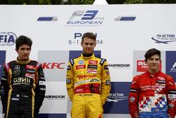 Podium: racewinnaar Tom Blomqvist, tweede plaats Esteban Ocon, derde plaats Jake Dennis