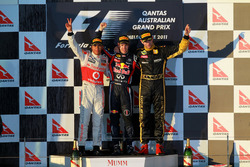 Podyum: 2. Lewis Hamilton, McLaren, yarış galibi Sebastian Vettel, Red Bull Racing, third place Vitaly Petrov, Lotus F1 Team