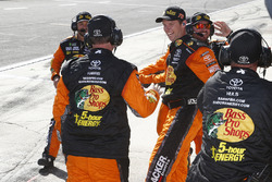 La crew di Martin Truex Jr., Furniture Row Racing, Toyota Camry Bass Pro Shops/5-hour ENERGY festeggia