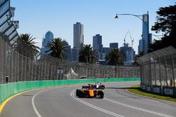 Fernando Alonso, McLaren MCL33 Renault, leads Marcus Ericsson, Sauber C37 Ferrari