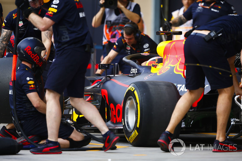 Red Bull engineers practice a pit stop with Daniel Ricciardo, Red Bull Racing RB14 Tag Heuer