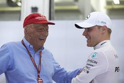 Неисполнительный директор Mercedes AMG F1 Ники Лауда и гонщик Валттери Боттас