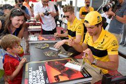 Carlos Sainz Jr., Renault Sport F1 Team et Nico Hulkenberg, Renault Sport F1 Team lors de la séance d'autographes