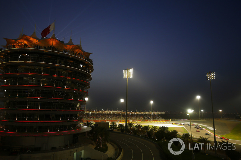 Sebastian Vettel, Ferrari SF71H, precede Valtteri Bottas, Mercedes AMG F1 W09, Kimi Raikkonen, Ferrari SF71H, y el resto del grupo en la salida