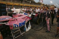 Force India F1 techneuten op de grid