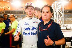 Pierre Gasly, Toro Rosso y Toyoharu Tanabe, Honda, celebran