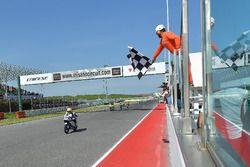 Nicholas Spinelli, Gresini Racing Junior Team, prende la bandiera a scacchi