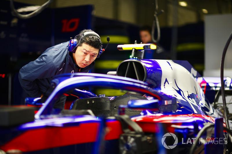 Un employé de Honda observe la Toro Rosso STR13