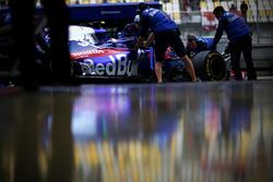 Pierre Gasly, Toro Rosso STR13 Honda, in the pit lane