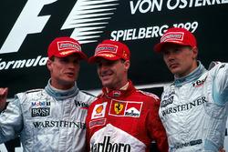 David Coulthard, deuxième, le vainqueur Eddie Irvine et Mika Hakkinen