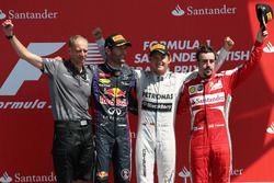 Podio: Tony Ross, ingegnere di pista, il secondo classificato Mark Webber, Red Bull Racing, il vincitore della gara Nico Rosberg, Mercedes AMG F1, il terzo classificato Fernando Alonso, Ferrari