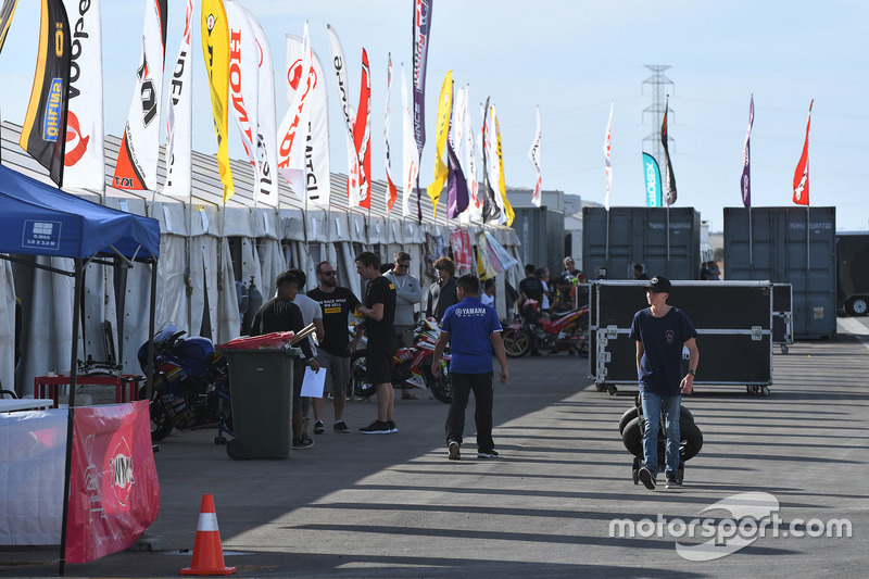 Atmosfer paddock The Bend Motorsport Park