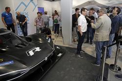 Технический директор Volkswagen Motorsport Франсуа-Ксавье Демезон и Volkswagen I.D. R Pikes Peak
