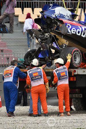 El coche accidentado de Brendon Hartley, Scuderia Toro Rosso STR13 es removido
