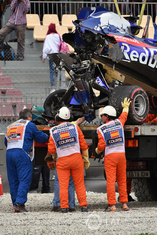 The crashed car of Brendon Hartley, Scuderia Toro Rosso STR13 is recovered
