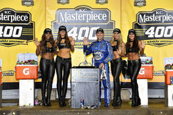 1. Kevin Harvick, Stewart-Haas Racing, Ford Fusion, mit den Monster-Girls