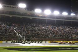 Kevin Harvick, Stewart-Haas Racing, Ford se lleva la victoria.