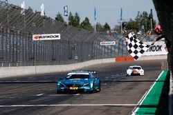 Checkered flag for Gary Paffett Mercedes-AMG Team HWA, Mercedes-AMG C63 DTM