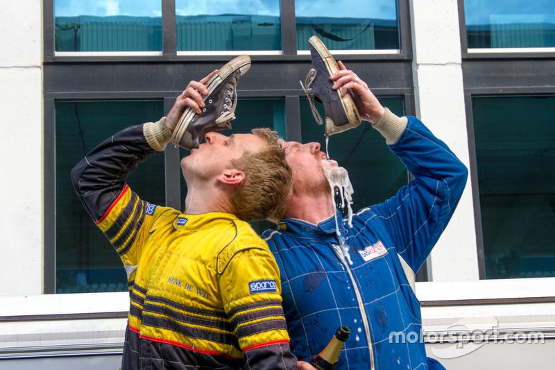 Team Double Shoey deed na het behalen van de winst natuurlijk een shoey!
