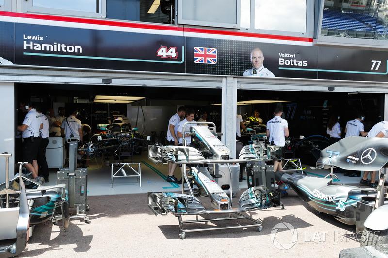 Mercedes AMG F1 W09 in pit lane