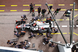 Kevin Magnussen, Haas F1 Team VF-18, con i meccanici in pit lane