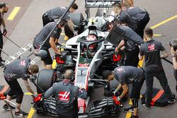 Kevin Magnussen, Haas F1 Team, effettua un pit stop